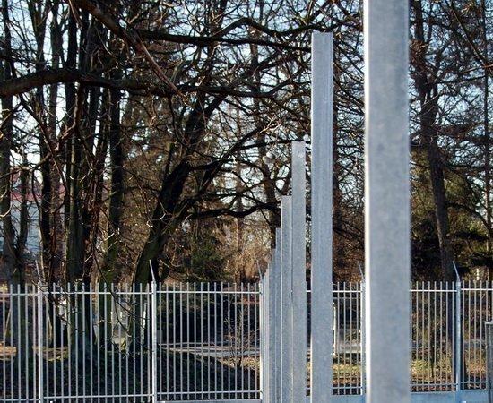 Kovové sloupky na plot